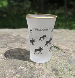 Shottilasi hirvi, Finland, huurrettu, lasin reunassa aitokulta.