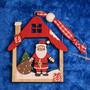 Joulukoriste: joulupukki mökissä, punainen, puuta