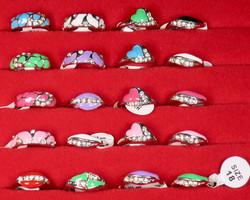 Sormus timanttijäljitelmät koko 18 valitse väri valikosta nikkelivapaa