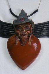 Riipus punainen jaspis piksihahmo pisara, rubiini hatussaan JAPI6