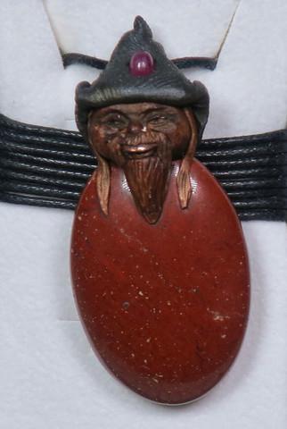 Riipus punainen jaspis piksihahmo, rubiini hatussaan. JAPI5