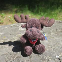 Pehmolelu hirvi sydäntyynyssä suomenlippu, korkeus 13cm