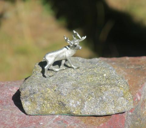 Poro kivellä, hopeoitu tinaporo kivellä