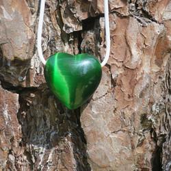 Riipus kissansilmälasi vihreä porattu 33mm sydän nahkanauhassa