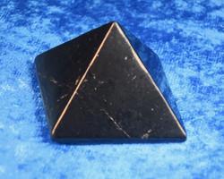 Sungiittipyramidi  28-30mm kiillotettu shungite