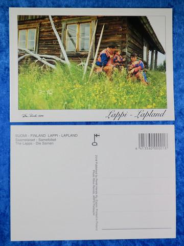 Postikortti perhe saamelaispuvussa talon pihassa kesällä