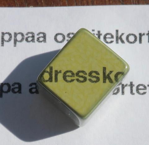 Uleksiitti 10x9x6mm Sen läpi voi lukea tekstiä.