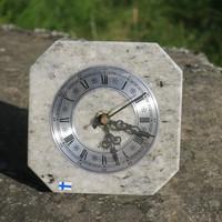 Pöytäkello harmaankirjava marmori taustatuella M5