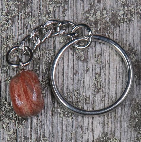 Avaimenperä raidallinen punainen jaspis rumpuhiottu