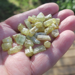 Heliodori kide 1,3-1,7g vihertävä kultaberylli Ural Venäjä