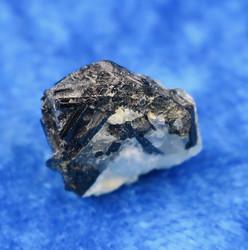 Musta turmaliini ja akvamariini kidesykerö 1,5g 327R3 Namibia