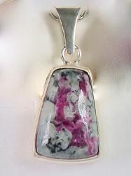 Hopeariipus eudialiitti kiilamainen kivi 10x14mm, siro  925-hopea C