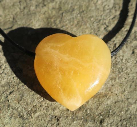 Riipus kalsiitti 3x3cm sydän porattu oranssinkeltainen kultakalsiitti