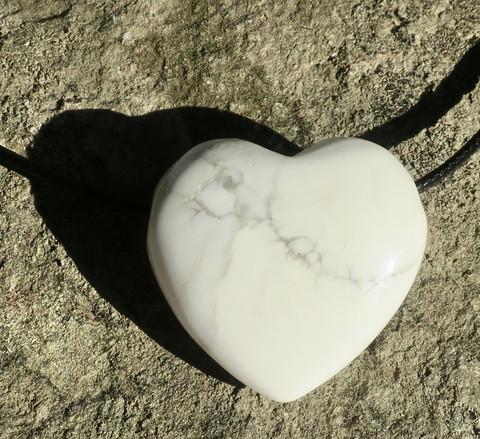 Riipus magnesiitti valkoharmaa 3x3cm sydän porattu