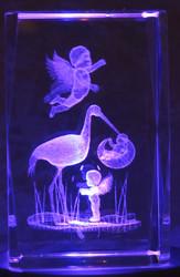 Kristallikuutio 8cm Vauva haikaran nokassa ja pienet enkelit