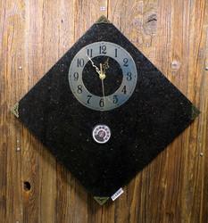 Seinäkello lämpömittarilla gabro kivikello 30x30cm kulmittain 348-1