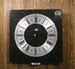 Seinäkello kimalteleva gabro 30x30cm kivikello 60v tinanumeroin 348-4