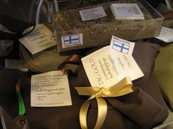 Hiekkaa, kultahippuja ja granaatteja pussissa. Lemmenjoki Suomi
