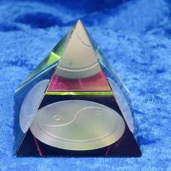Lasipyramidi yin-yang koko 47x47mm