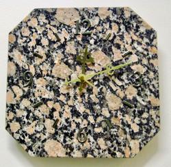 Seinäkello graniitti punamusta 25x25cm, kulmat viistetty nro 342a