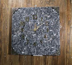 Seinäkello Larvikiitti 30x30cm kullan väriset kulmat ja numerot 312-5