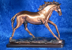 Patsas hevonen, kuparipinnoitettu, korkeus 27cm