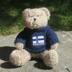 Pehmolelu  Nalle, sininen villapaita, jossa Suomen lippu