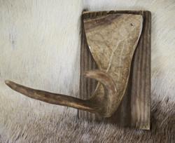 Naulakko: Poronsarvi 2-piikkinen, taustalauta 16cm