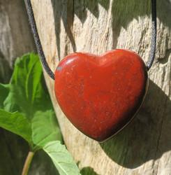 Kaulakoru punainen jaspis sydänriipus 3x3cm porattu liukusolmunauhassa
