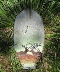 Seinäkello kivipaanulle maalattu 2 peuraa tai poroa 37x19cm