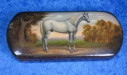 Rasia: Valkoinen hevonen puurasia saranalla