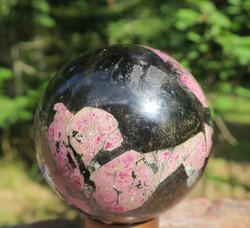 Pallo eudialiitti jossa astrofylliittiä 690g 7cm kivipallo Katso video