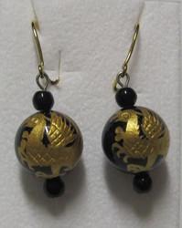 Korvakorut: onyksikorvakorut 12mm, jossa kullattu lohikäärme, koukut kullattua 925-hopeaa