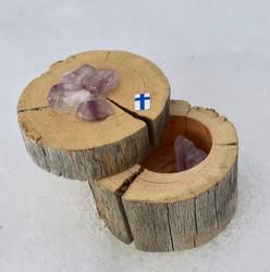 Kelohonkarasiassa ametisti ja monta ametistia rasian kannessa. Suomi