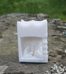 Jouluseimi marmoria korkeus 62mm, leveys 44mm, syvyys 32mm