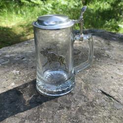 Oluttuoppi lasituoppi 0,5l on  tinakansi ja kyljessä tinahirvi