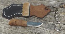 Avaimenperä puukko, terävä, nahkatuppi poronkarvakoristein