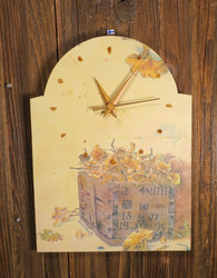 Seinäkello Kanttarellit 30x22cm tunninmerkit jaspis uniikki puukello
