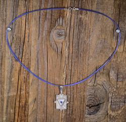 Hopeariipus Lapis latsuli sinisessä 45cm kaulanauhassa