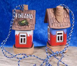Kilikello Finland keramiikkatalo, korkeus 9cm. Pitkä ripustusnaru.