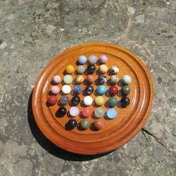 Kivikuulapeli Solitaire  peliin kuuluu 36 kpl 12mm kivipalloa