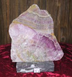 Fluoriitti siivu marmorialustalla 398g