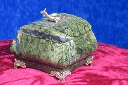 Rasiat: Serpentiinirasia, kannessa metallinen lisko (no2)