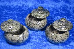 Rasiat: Serpentiinirasia, pyöreä, kannessa nuppi