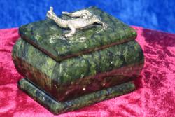 Rasiat: Serpentiinirasia, kannessa metallinen lisko (no7)