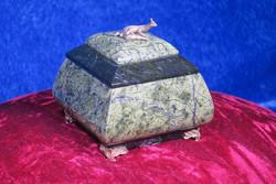 Rasiat: Serpentiinirasia, kaksivärisessä kannessa metallinen lisko (no3)