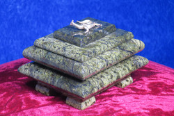 Rasiat: Serpentiinirasia, kannessa metallinen lisko (no4)