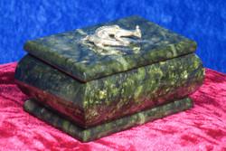 Rasiat: Serpentiinirasia, kannessa metallinen lisko (no6)