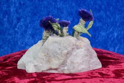 Koristekivi: Kvartsissa violetteja kukkia