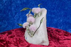 Lumikvartsissa vaaleanpunaisia kukkia pöytäkoriste